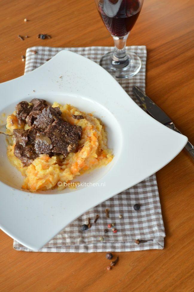 8x stoofvlees recepten - © Betty's Kitchen - sukadelappen met hutspot van bospeen