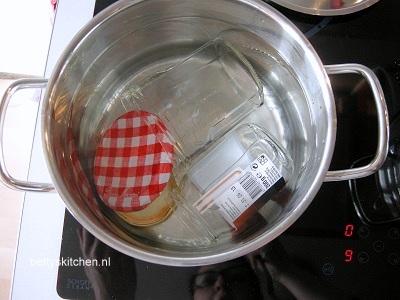 potjes steriliseren om de frambozen jam in te doen