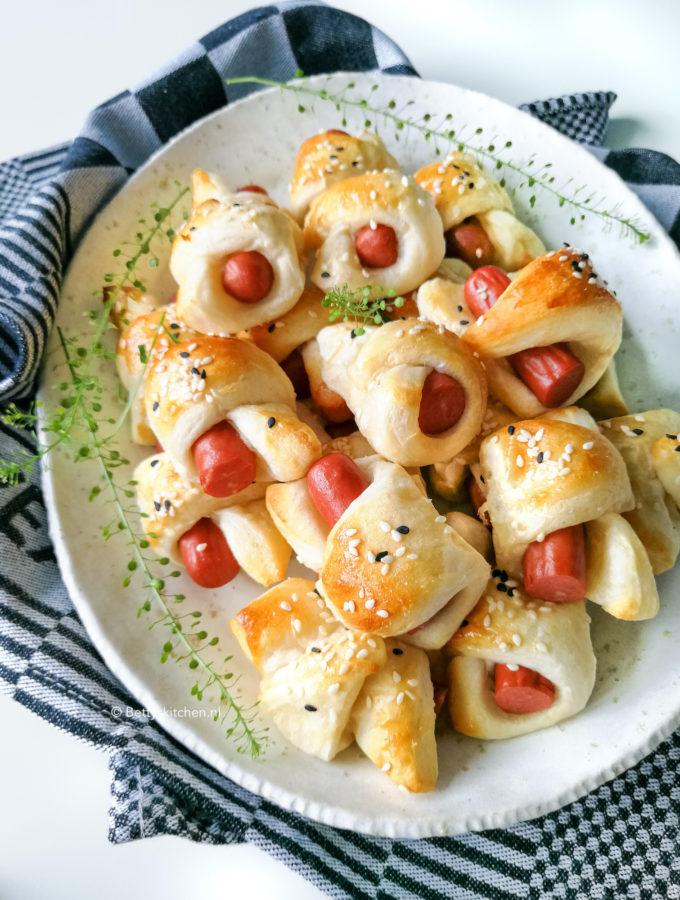 mini worstenbroodjes met knakworst en bladerdeeg of croissantdeeg © bettyskitchen