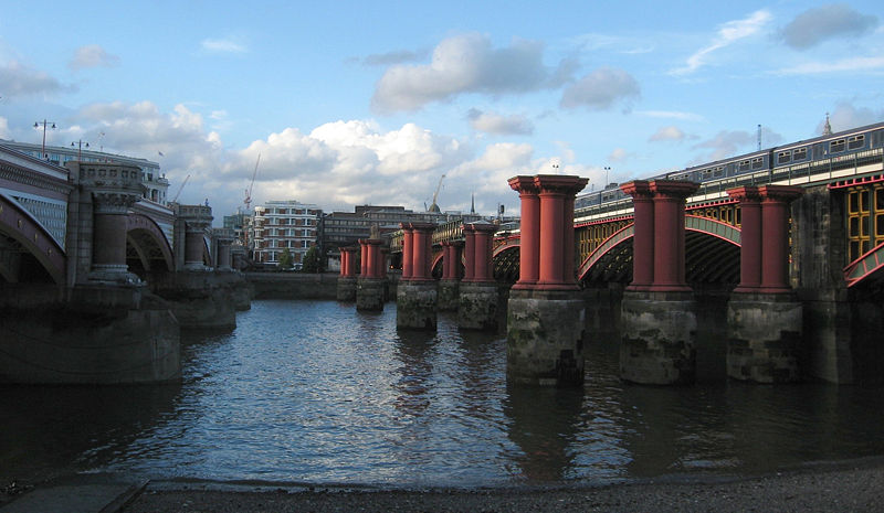 800px-Between_Blackfriars_bridges,_with_train,_from_south