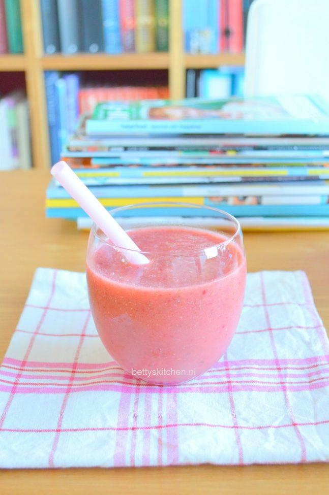 Roze ontbijt smoothie (met frambozen en havermout)
