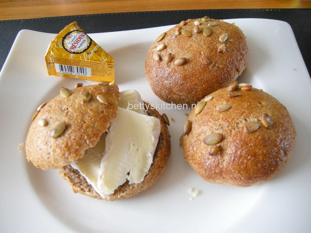 bruine bolletjes van volkorenmeel recept © bettyskitchen