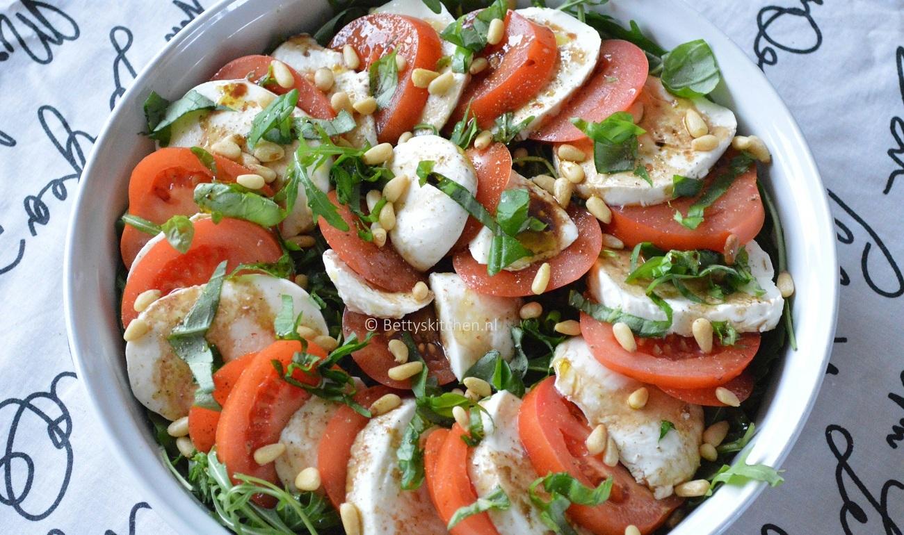 Bedwelming Caprese salade met tomaat en mozarella | Betty's Kitchen #FQ23