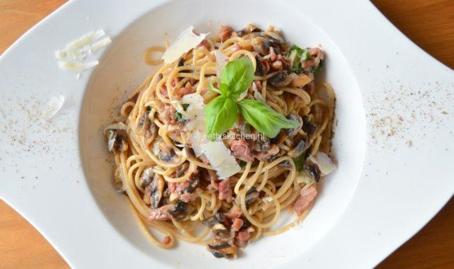 spaghetti carbonara pasta met spek en ei en kaas