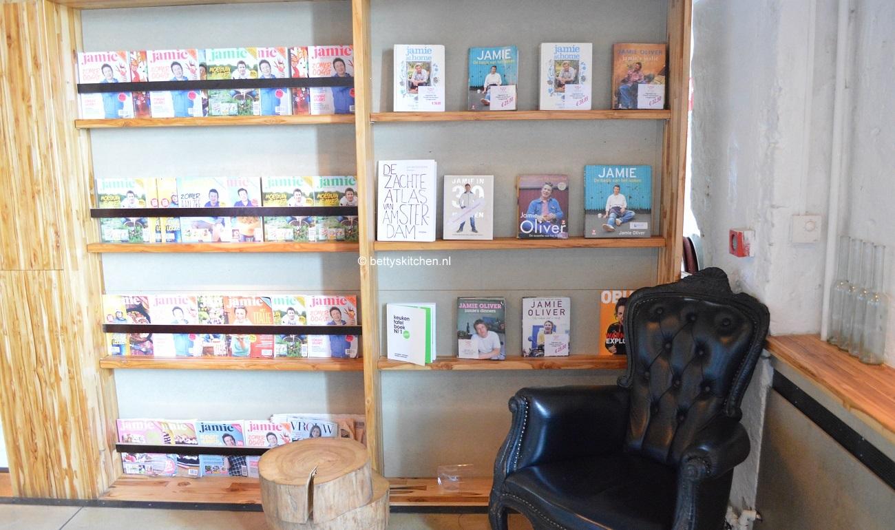 header foto van boekenkast met Jamie Magazine's