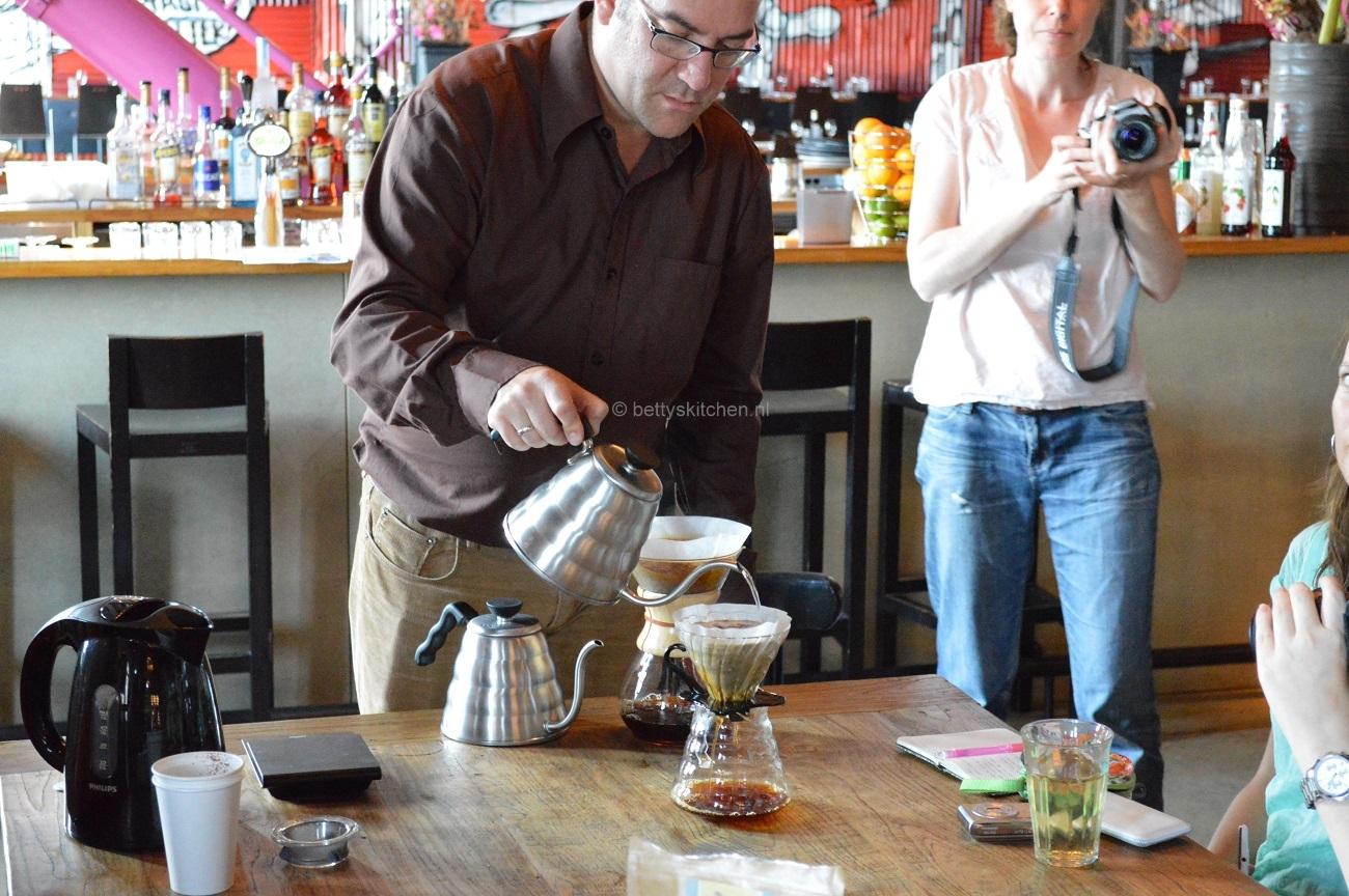 Joost van Leopold Koffieschool die slow koffie maakt tijdens het foodbloggers event van Jamie Magazine