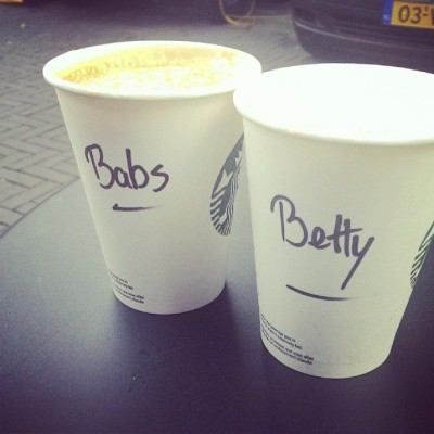 ..en Starbuck de noodzakelijke koffie...(hier samen met mijn zusje)
