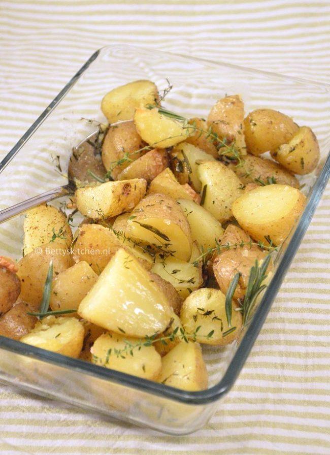 10x bijgerechten voor Kerst -  gebakken aardappels uit de oven met tijm en rozemarijn
