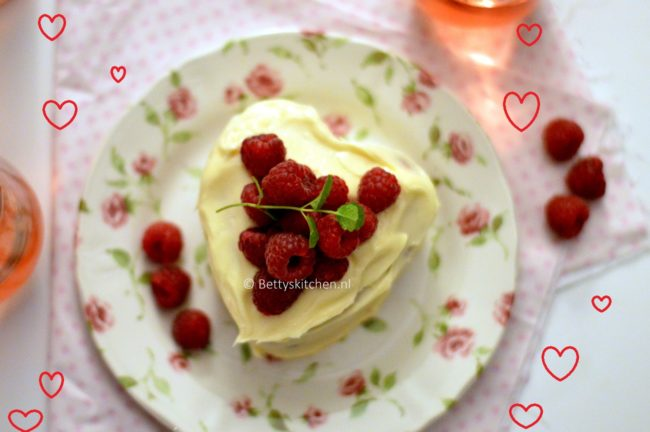 Hartjes cake met frambozen en witte chocolade