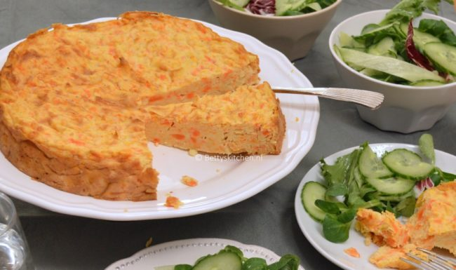Hartige worteltaart met aardappels en kaas