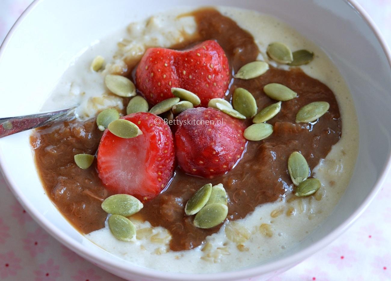 Havermoutpap met rabarber en aardbeien