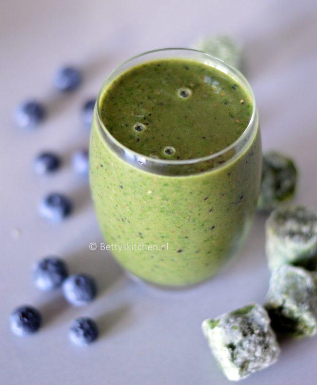 7x Recepten met boerenkool - smoothie met boerenkool en blauwe bessen