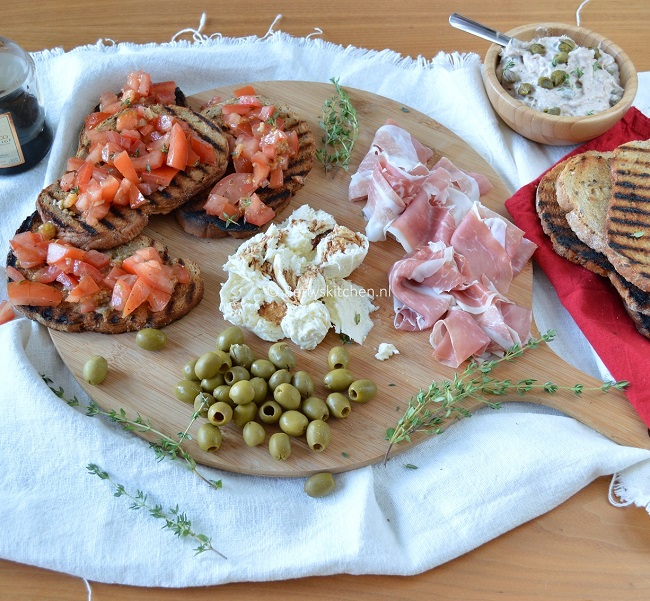 Italiaanse borrelplank met ham, bruschetta, tonijnsalade en mozzarella