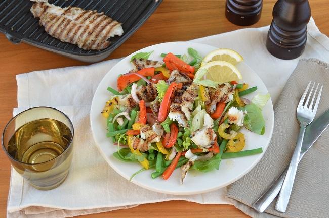 Salade met gegrilde witvis, haricot verts en paprika reepjes