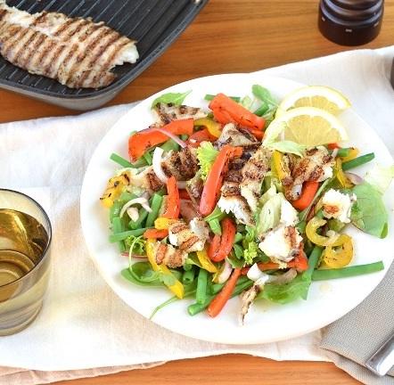 recept salade met gegrilde witvis, paprika reepjes en haricot verts