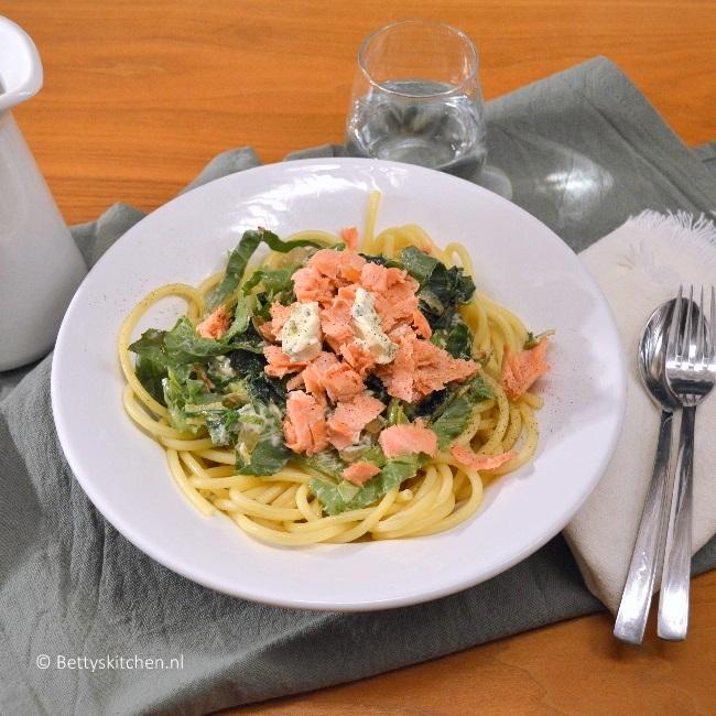 spaghetti met zalm, andijvie en roomkaas