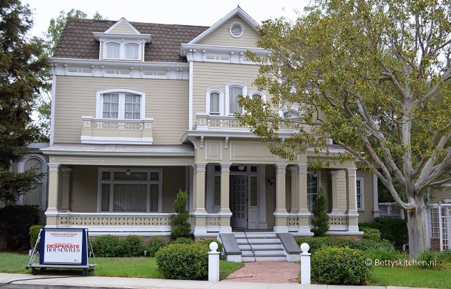 los_angeles_universal_studios_hollywood_whisteria_lane-001
