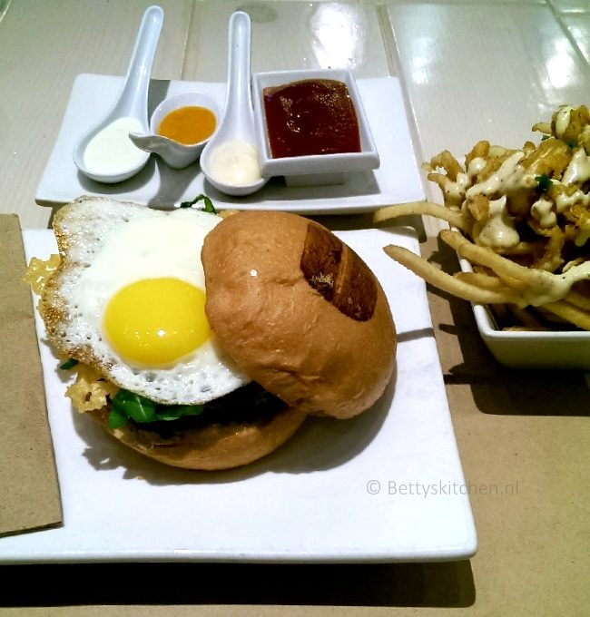 los_angeles_citadel_outlet_shops_laguna_beach_umami_burgers-001
