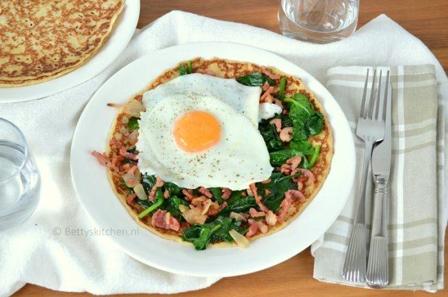 Pannenkoeken met spinazie, spekjes en spiegelei