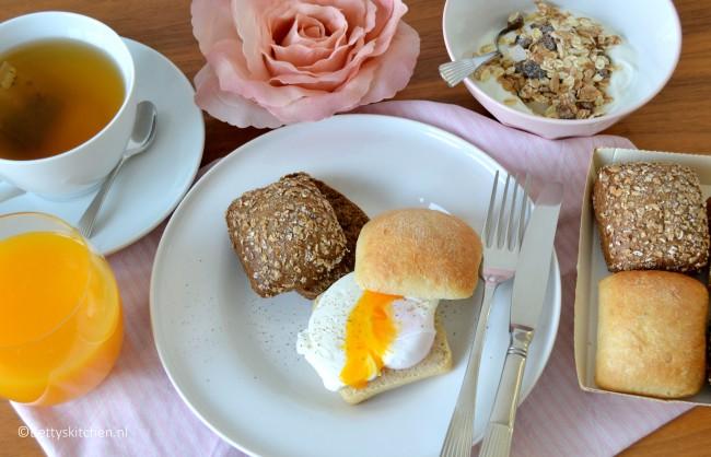 Valentijns ontbijtje met een gepocheerd eitje