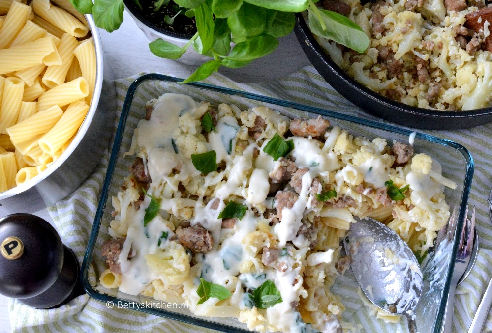 Pasta met worst, bloemkool en witte saus