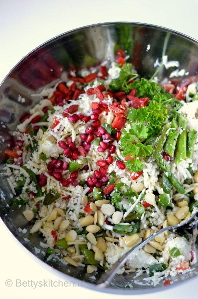 Bloemkoolsalade met asperges en granaatappel