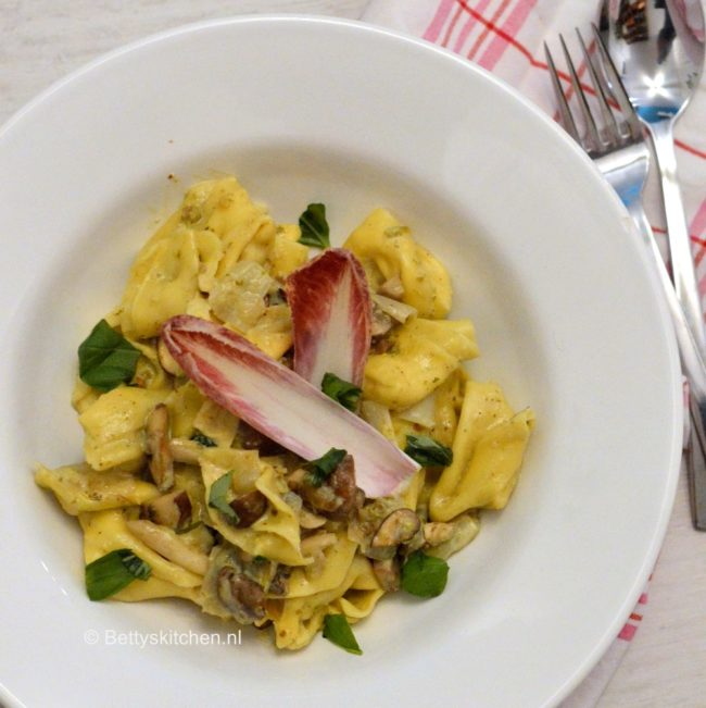 10x Vegetarische Pasta Recepten - tortellini met witlof en champignons