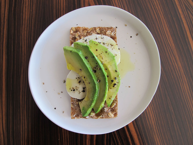 8x_gezonde_lunch_met_crackers_avocado_mozzarella