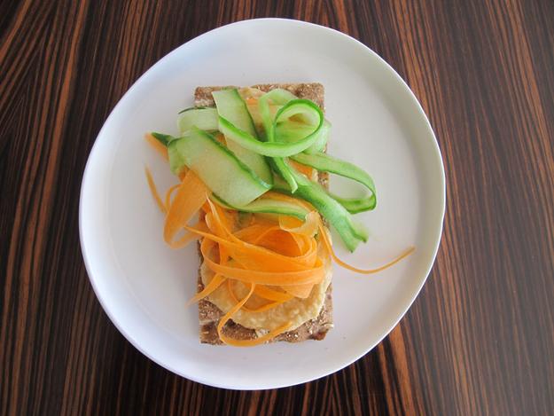 8x_gezonde_lunch_met_crackers_hummus_komkommer_wortel