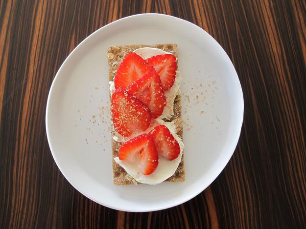 8x_gezonde_lunch_met_crackers_roomkaas_aardbeien