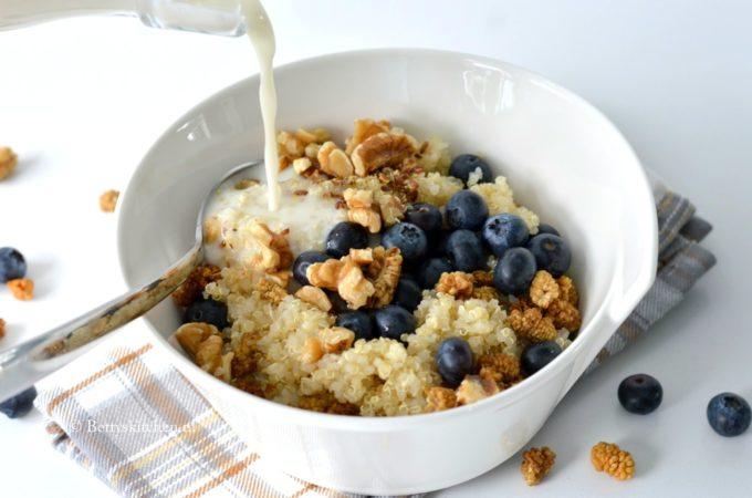 Quinoa Ontbijt Bowl met blauwe bessen en walnoten