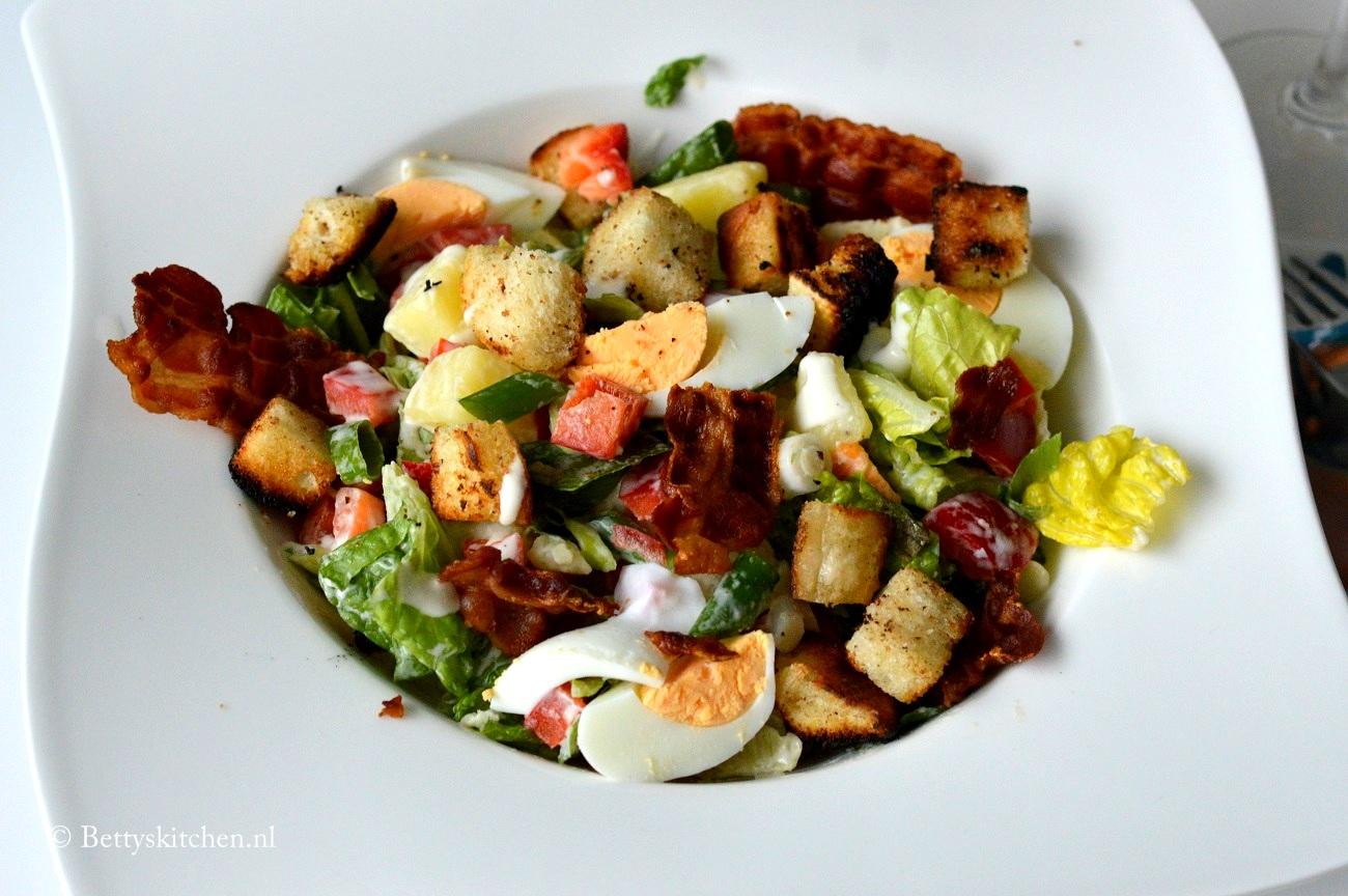 Caesar salade met aardappel, ei en spek