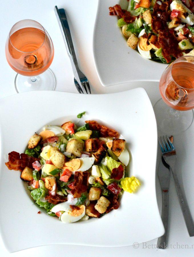 Caesarsalade met aardappel, ei en spek
