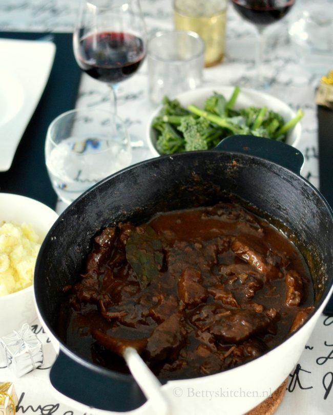 8x stoofvlees recepten - © Betty's Kitchen - stoofschotel met rundvlees bier en ontbijtkoek