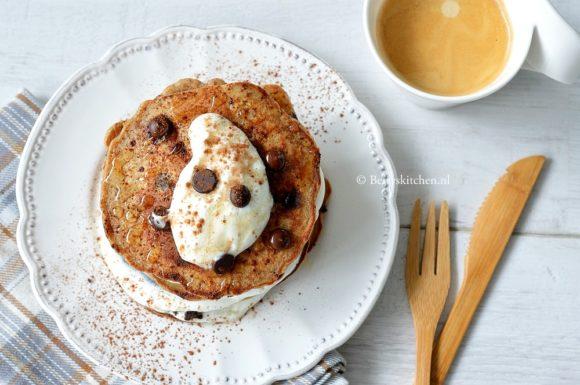 10x Pancakes Recepten voor ontbijt of brunch inspiratie © Bettyskitchen.nl - chocolate chip pancakes met banaan en kokos