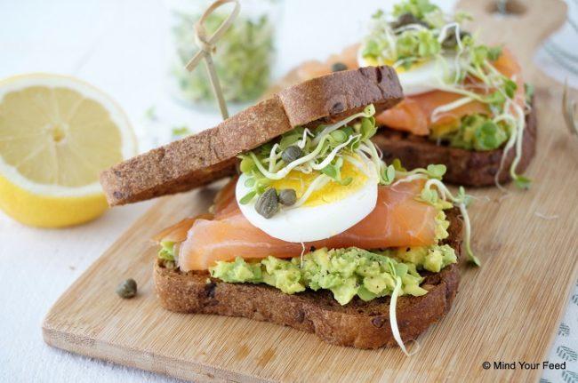 Sandwich met avocado en zalm