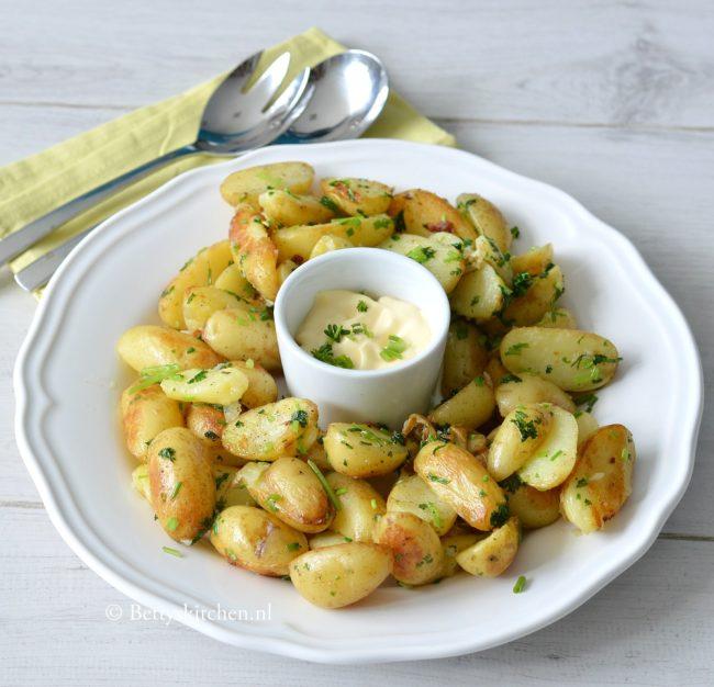 10x bijgerechten voor Kerst - gebakken krieltjes met tuin kruiden aardappels © bettyskitchen.nl