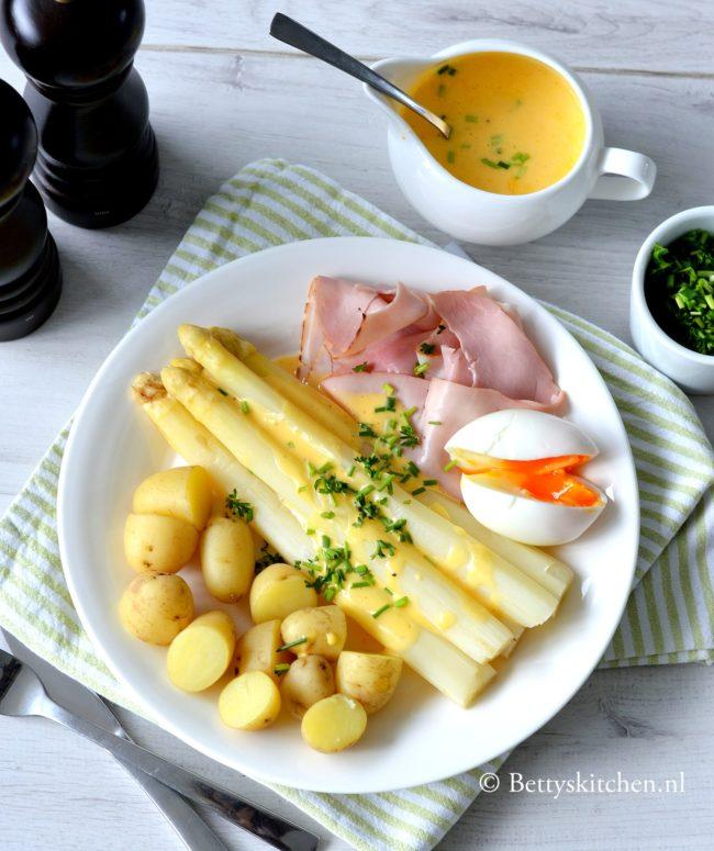 Asperges met ham en ei een klassiek asperge recept met krieltjes boter jus of hollandaise saus
