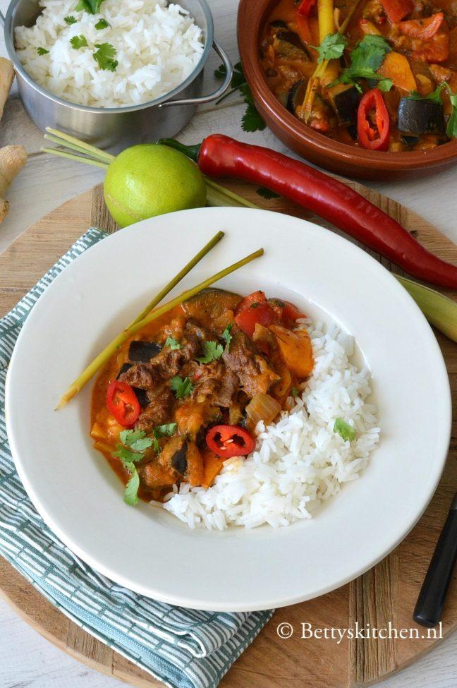 Thaise rode curry met rundvlees en aubergine