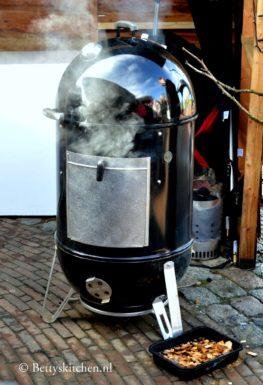 Zalm grillen op de barbecue cederhouten rookplank met mosterd bruine suiker