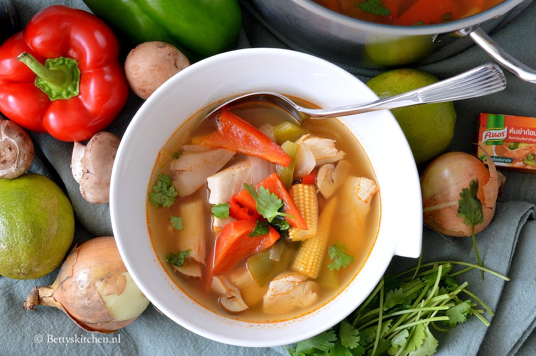 Heldere pikante soep uit Thailand (Tom Yum)