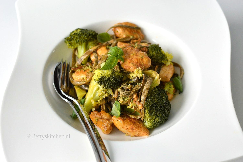 Zeewierpasta met pittige kip en broccoli