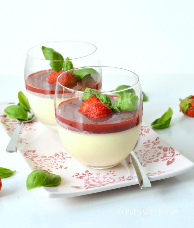 Panna cotta met aardbeien en basilicum
