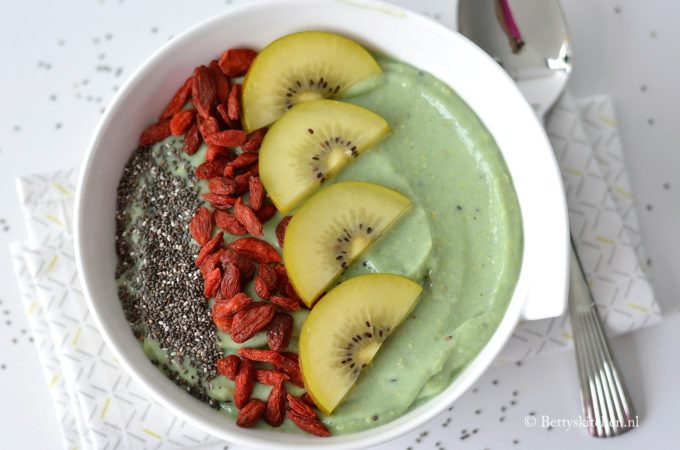 recept smoothie bowl met kiwi en avocado