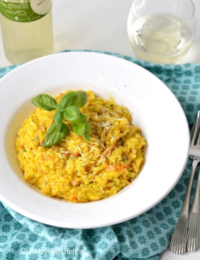 Risotto met saffraan en spekjes Tijdens de Italiaanse maand met een overheerlijk bord Risotto natuurlijk niet ontbreken! Deze risotto met saffraan en spekjes heeft niet alleen een mooie zomers gele kleur, maar ik ook nog eens heerlijk van smaak!