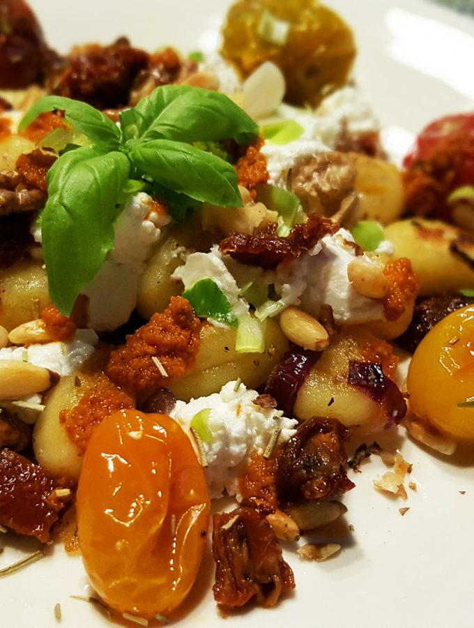 Gnocchisalade met geitenkaas en gepocheerde tomaat
