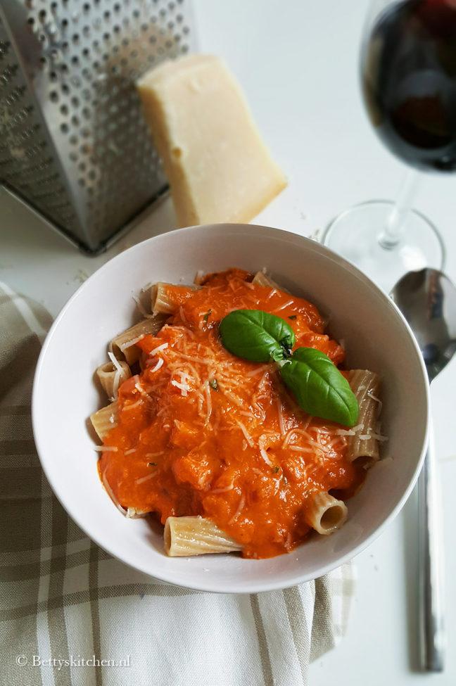 Pasta met vier kazen en tomatensaus