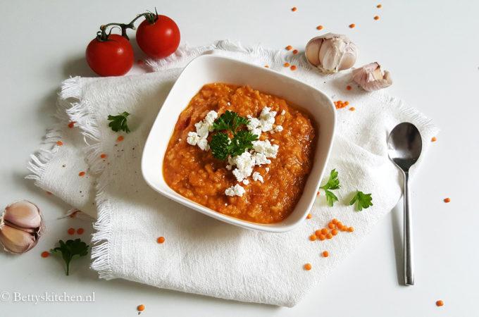 Tomatensoep met linzen en geitenkaas