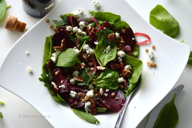 Linzensalade met spinazie, rode bietjes en blauwe kaas de boer op met hellofresh
