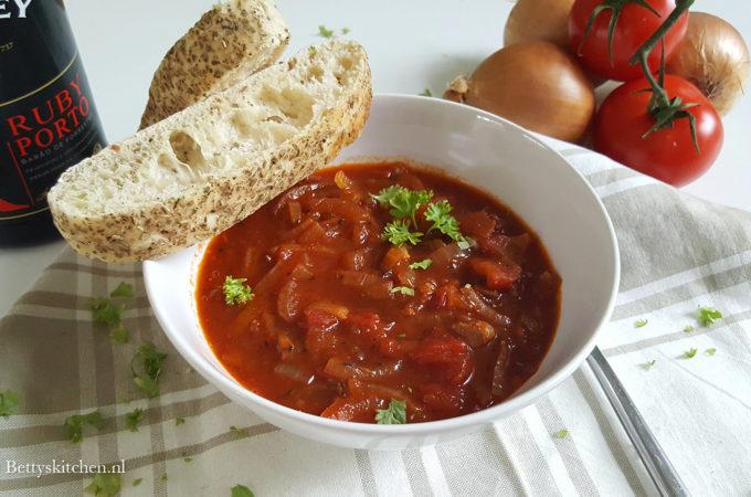 Klassieke tomaten-uiensoep met een scheutje port